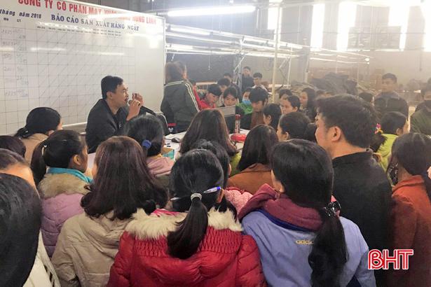 Hơn 300 công nhân Công ty May xuất khẩu Hồng Lĩnh làm việc trở lại