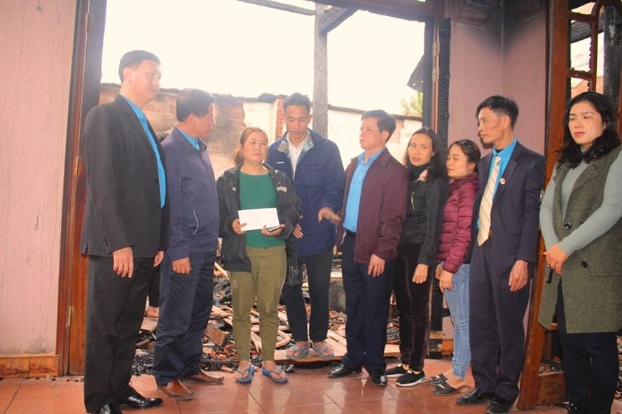 LĐLĐ Hà Tĩnh thăm hỏi, hỗ trợ gia đình đoàn viên bị cháy nhà