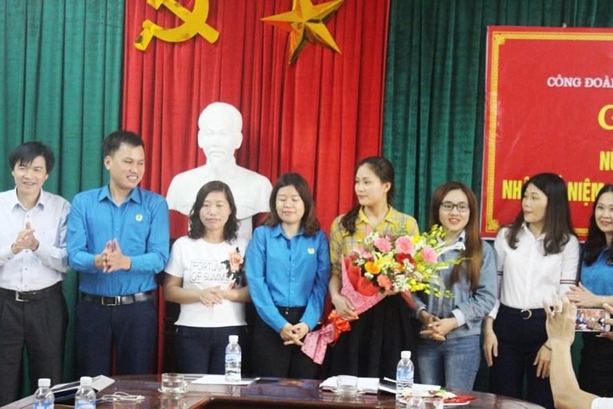 CĐ các KKT tỉnh Hà Tĩnh chúc mừng nữ cán bộ CĐCS nhân ngày 8 - 3