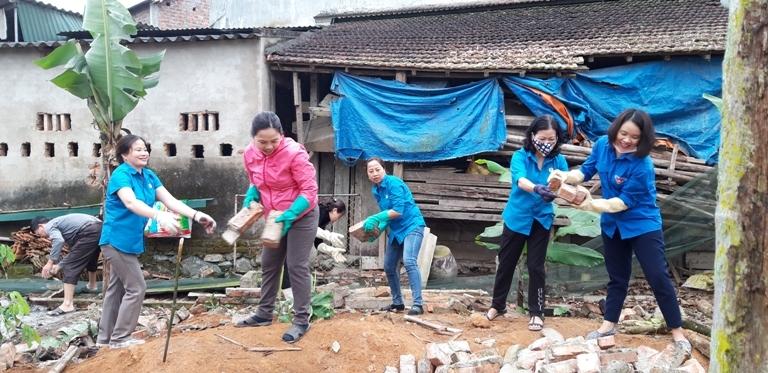 Hồng Lĩnh: Cán bộ, đoàn viên giúp xã Thuận Lộc xây dựng nông thôn mới