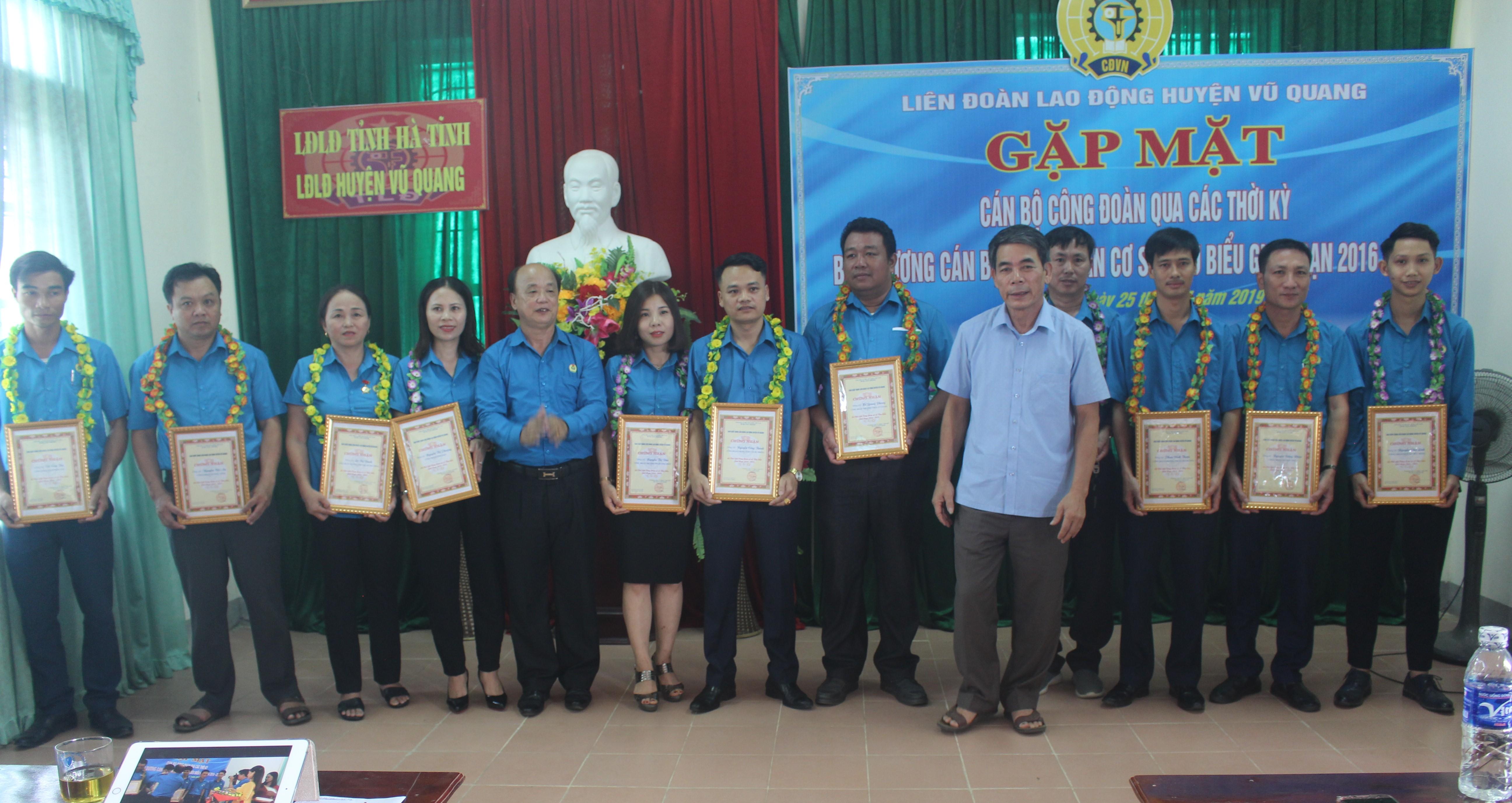 Vũ Quang: Gặp mặt cán bộ Công đoàn qua các thời kỳ và tôn vinh Chủ tịch CĐCS tiêu biểu