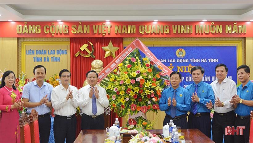 Bí thư Tỉnh ủy Lê Đình Sơn và lãnh đạo tỉnh tặng hoa, chúc mừng LĐLĐ tỉnh nhân dịp kỷ niệm 90 năm Ngày thành lập Công đoàn Việt Nam
