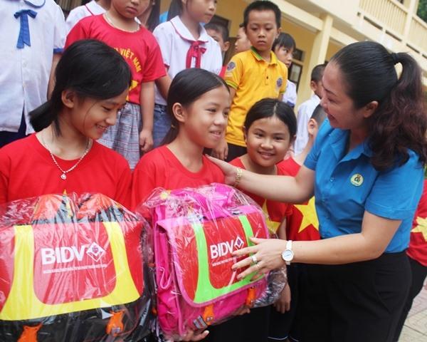 Trao 500 cặp phao cứu sinh cho học sinh khó khăn vùng lũ Hà Tĩnh