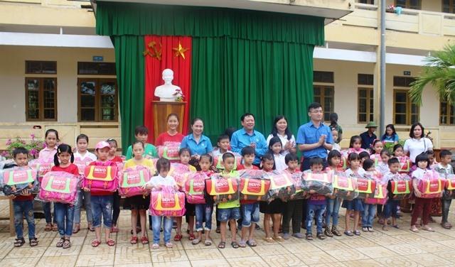Hương Khê: Phối hợp trao cặp phao cứu sinh cho con công nhân lao động có hoàn cảnh khó khăn