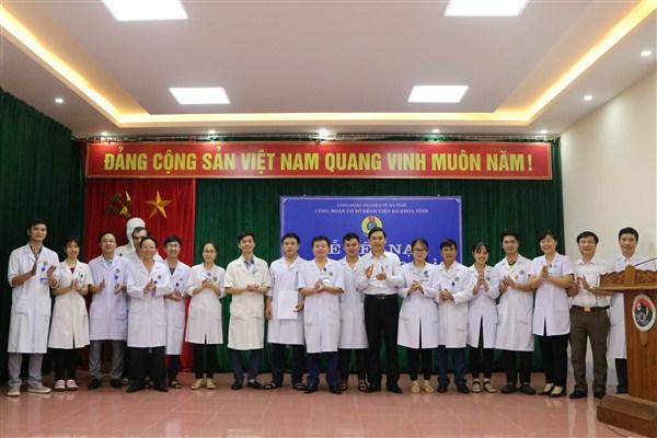Lễ kết nạp đoàn viên gia nhập công đoàn cơ sở Bệnh viện Đa khoa tỉnh Hà Tĩnh