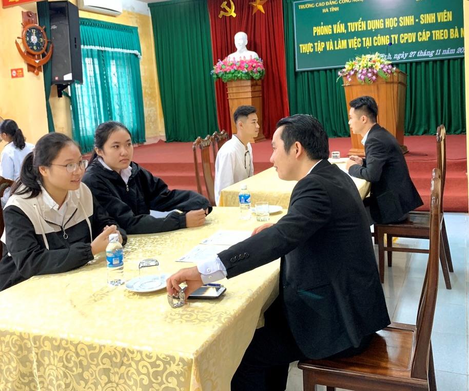 Sinh viên ngành Du lịch Trường CĐ Công nghệ phỏng vấn thực tập tại Bà Nà Hills