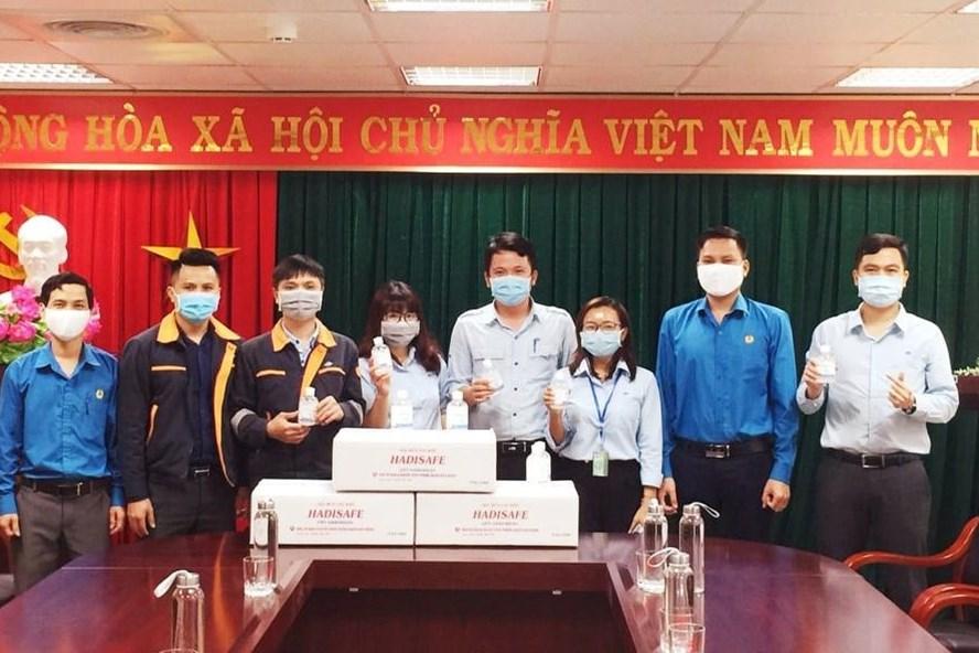 Phát hơn 6000 hộp gel rửa tay cho công nhân phòng dịch COVID - 19