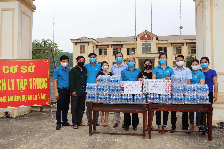 Vũ Quang: Trao 1.000 chiếc khẩu trang y tế cho khu cách ly
