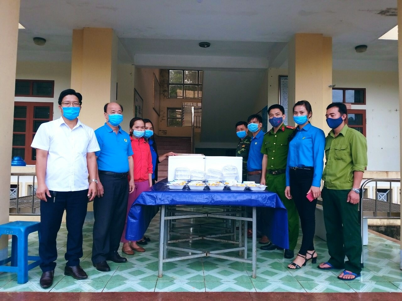 Ban Nữ công LĐLĐ huyện Vũ Quang phối hợp tổ chức nấu, trao các suất ăn sáng tại khu cách ly.