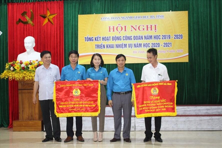 Công đoàn Giáo dục Hà Tĩnh nhận Cờ thi đua của CĐ Giáo dục Viêt Nam