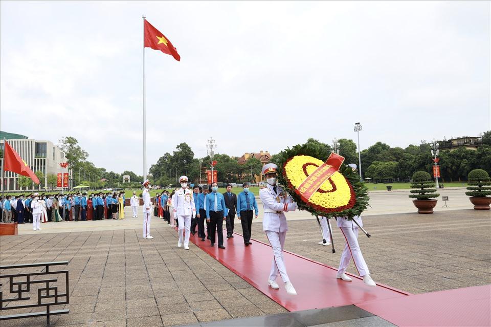 Đoàn đại biểu dự Đại hội thi đua yêu nước trong CNVCLĐ báo công dâng Bác