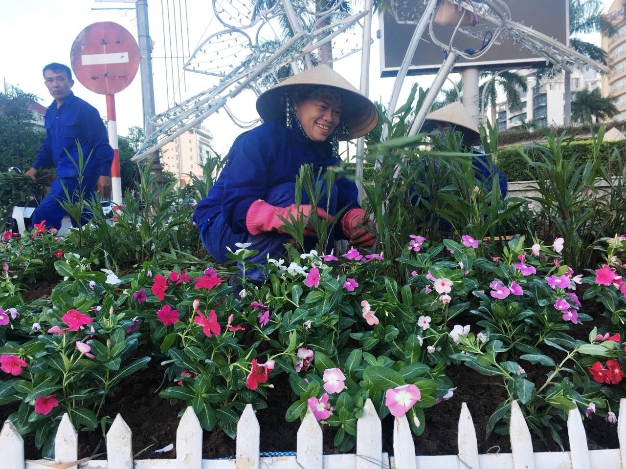 Nữ công nhân say mê với nghề làm xanh- sạch- đẹp cảnh quan môi trường