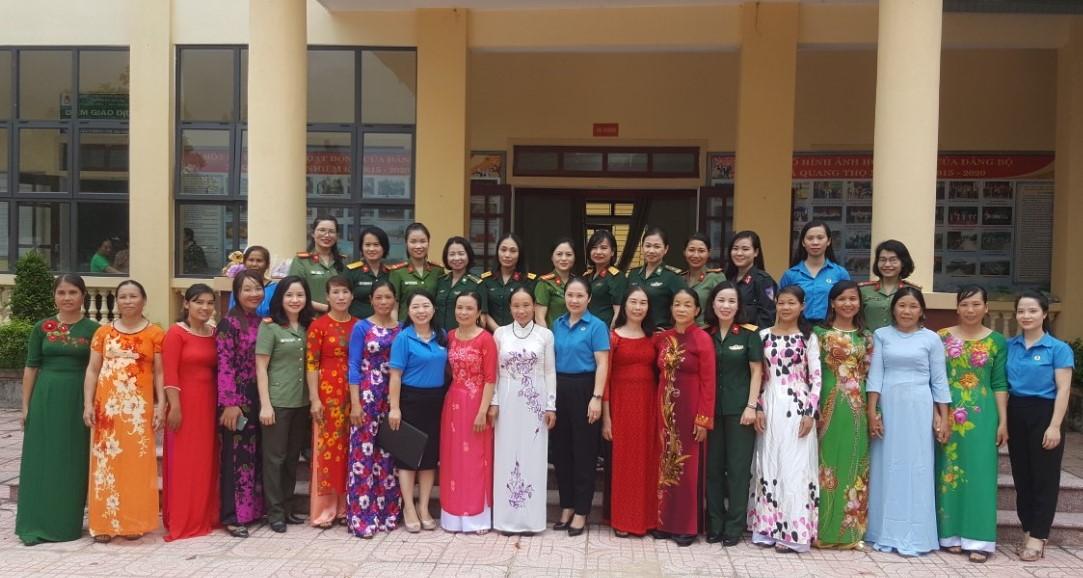 LĐLĐ tỉnh phối hợp Cụm thi đua số 3: Tổ chức tặng áo dài và trao quà cho phụ nữ biên cương