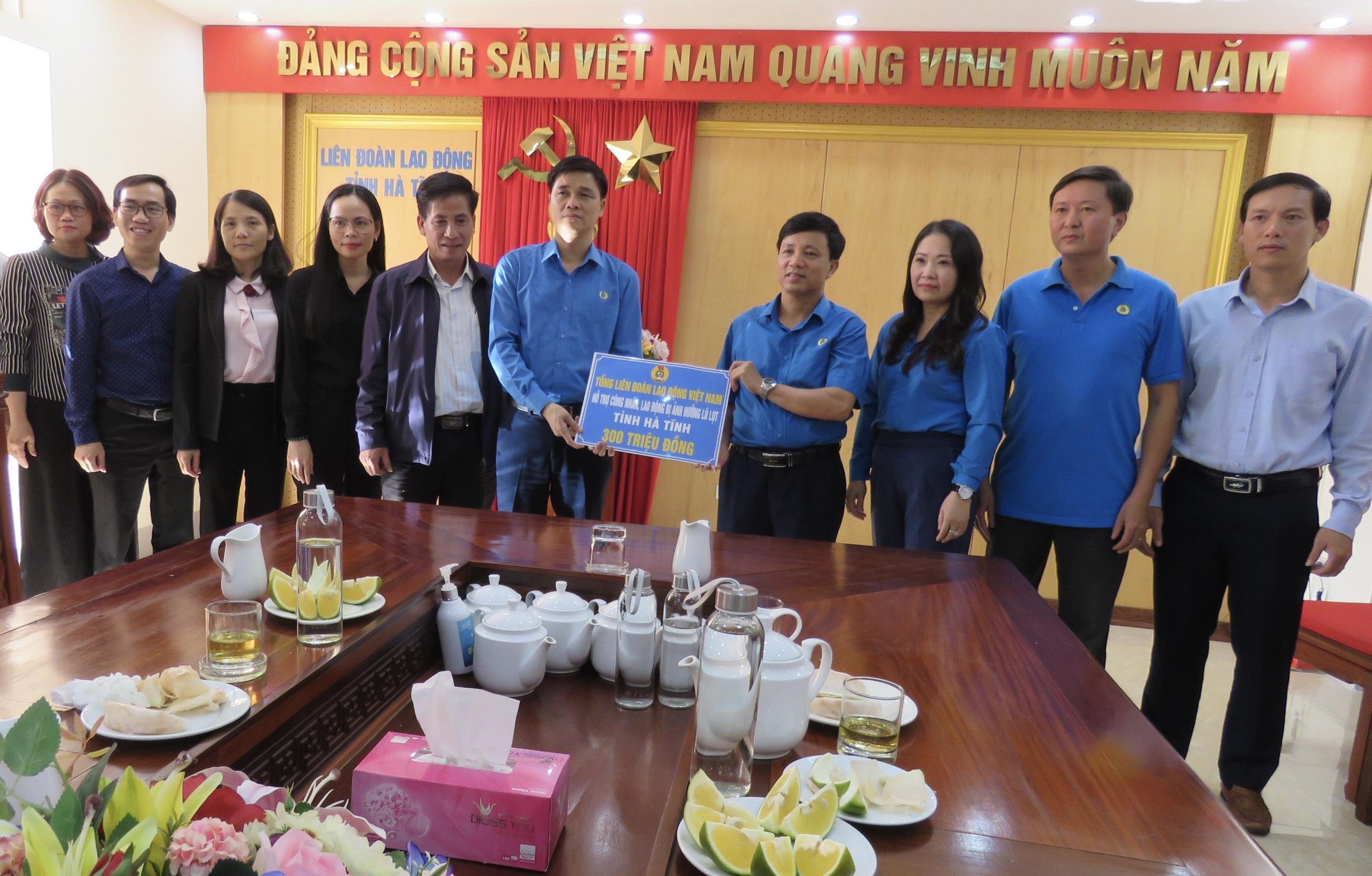 Phó Chủ tịch Tổng LĐLĐ Việt Nam Ngọ Duy Hiểu trao hỗ trợ cho CNVCLĐ Hà Tĩnh bị thiệt hại do lũ lụt