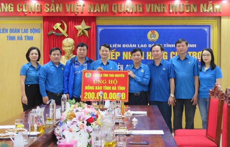 LĐLĐ tỉnh Thái Nguyên hỗ trợ đoàn viên, CNVCLĐ Hà Tĩnh bị thiệt hại do lũ lụt