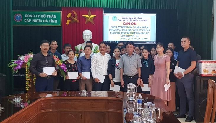 CĐ Công ty CP Cấp nước Hà Tĩnh phối hợp trao quà hỗ trợ lũ lụt