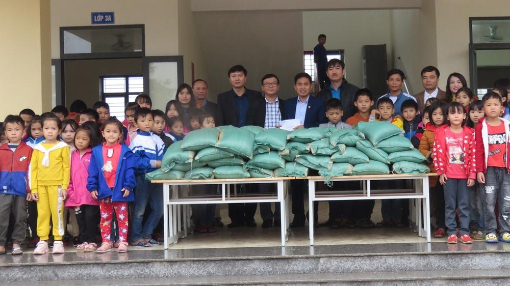 CĐ Trường HT Gia Hanh (Can Lộc): Trao hỗ trợ học sinh bị ảnh hưởng lũ lụt