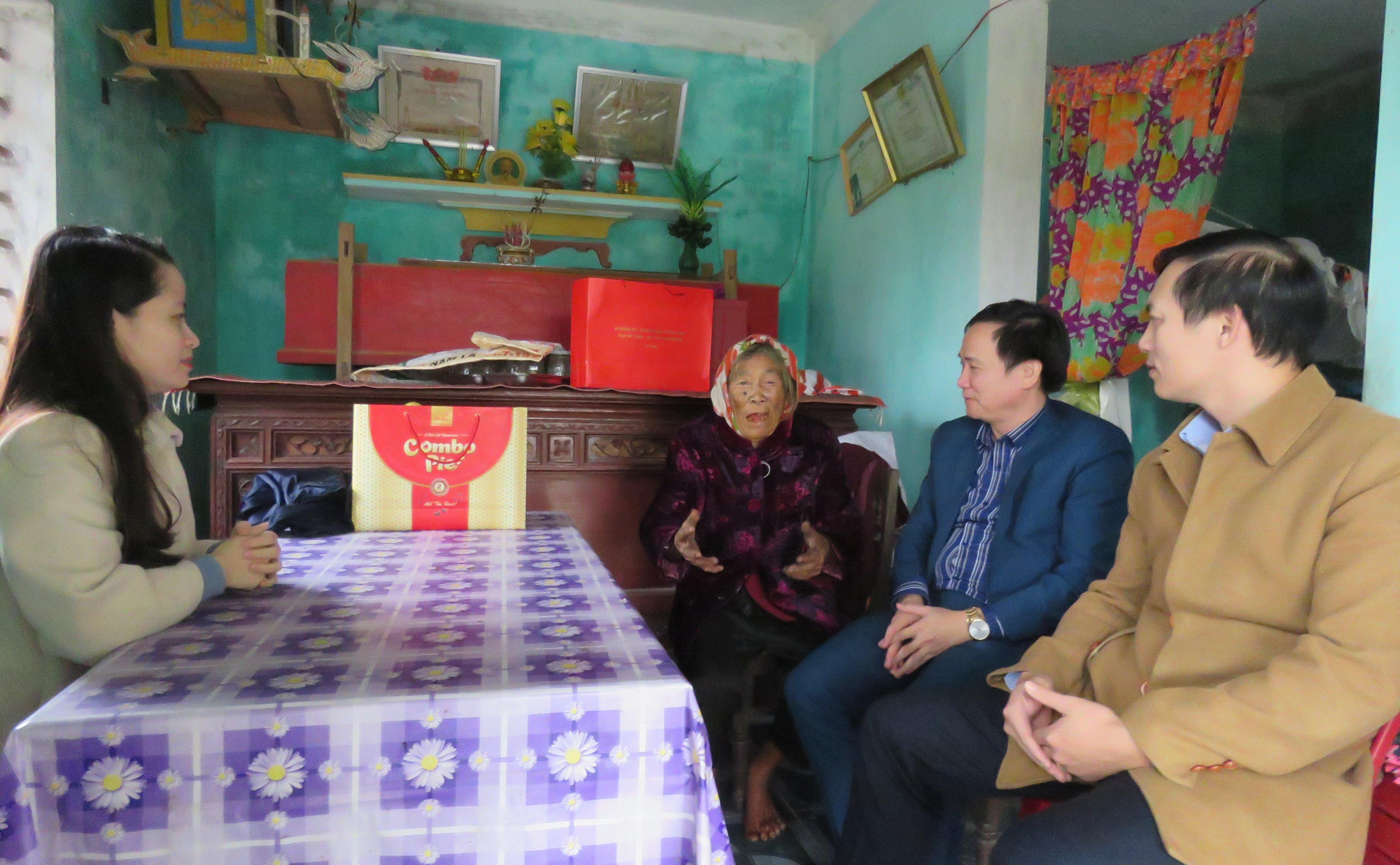 LĐLĐ tỉnh: Thăm hỏi và tặng quà Mẹ Việt Nam anh hùng Lê Thị Dẫm