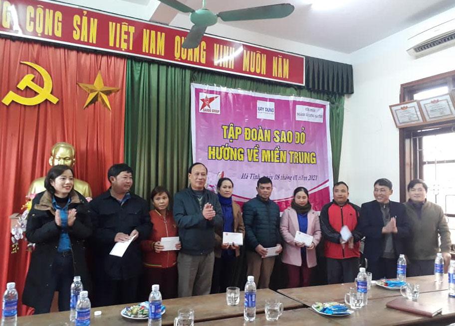 Tập đoàn đầu tư Sao Đỏ trao quà Tết cho đoàn viên, CNLĐ có hoàn cảnh đặc biệt khó khăn của ngành Xây dựng Hà Tĩnh.