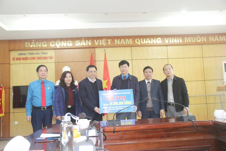 CĐ Nông nghiệp Việt Nam trao hỗ trợ đoàn viên CĐN Nông nghiệp Hà Tĩnh khắc phục lũ lụt