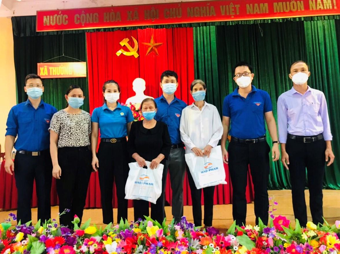 CĐN Y tế phối hợp tổ chức thăm hỏi, tặng quà gia đình Thương binh, thân nhân Liệt sĩ
