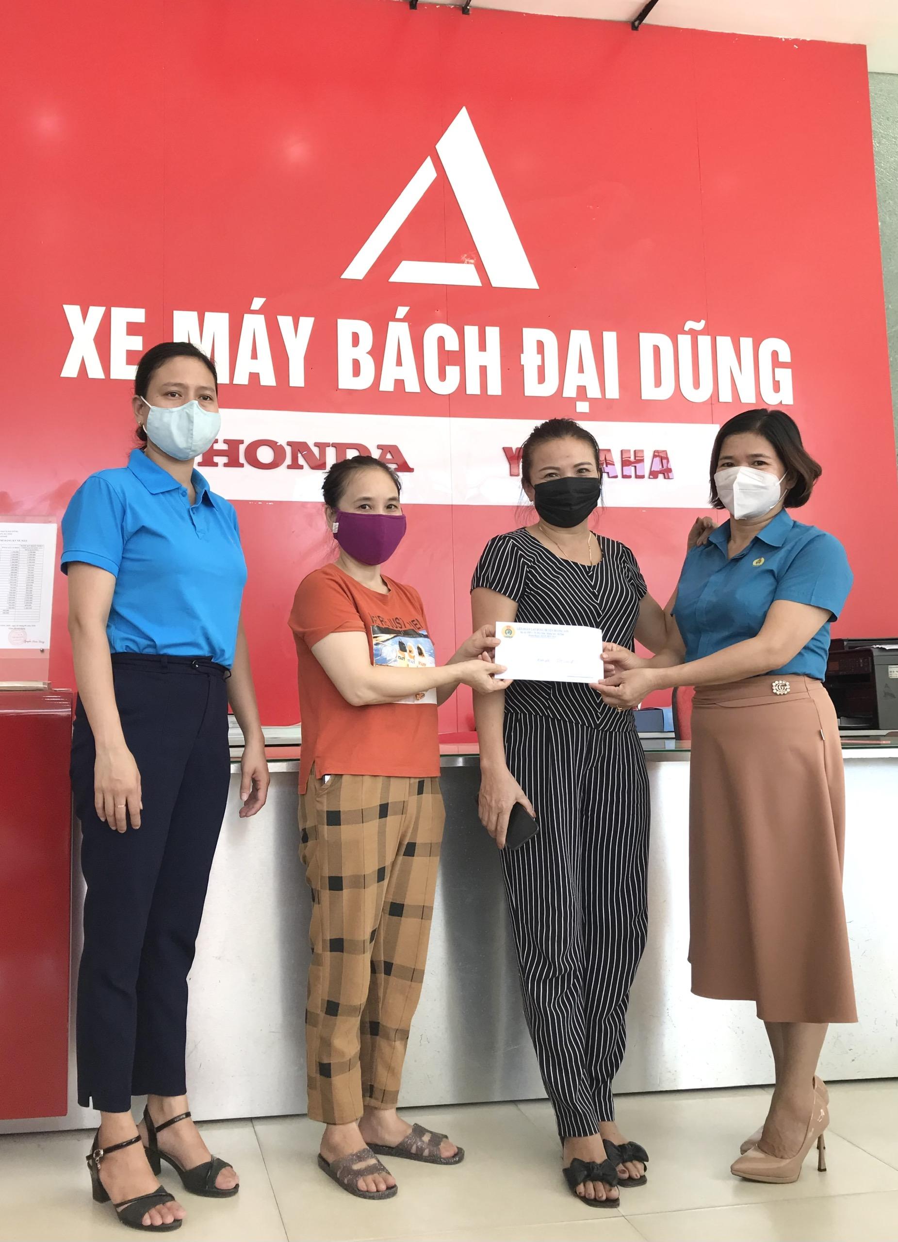 Hương Sơn:  Trao quà cho đoàn viên có hoàn cảnh khó khăn nhân kỷ niệm Ngày thành lập Công đoàn Việt Nam