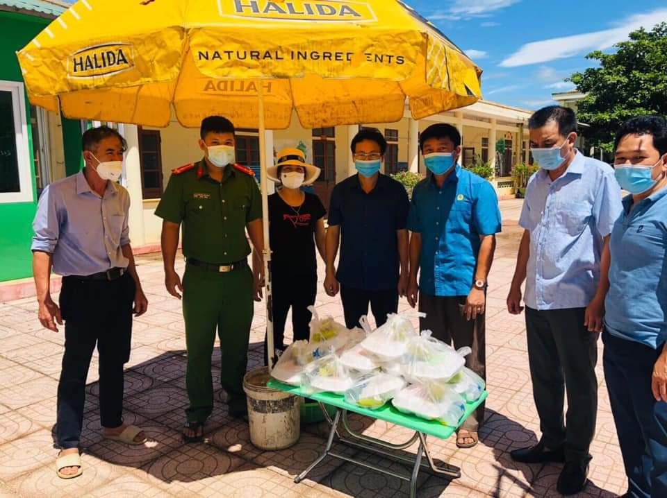 Hương Khê: Những suất cơm nghĩa tình của Công đoàn cơ sở đến với các điểm cách ly y tế tập trung