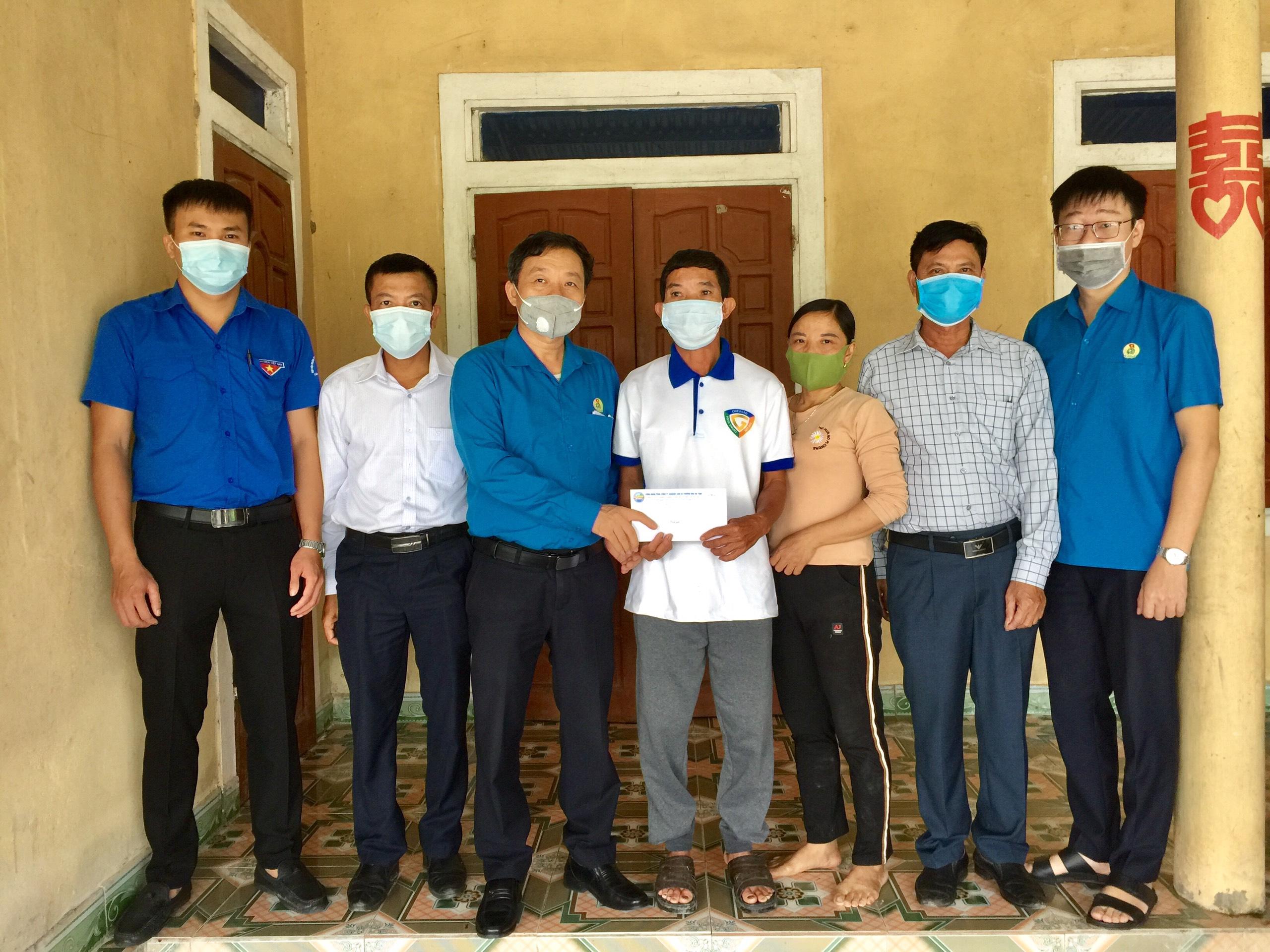 Công đoàn Mitraco trích Quỹ tình thương trao quà  hỗ trợ CNLĐ vượt qua khó khăn
