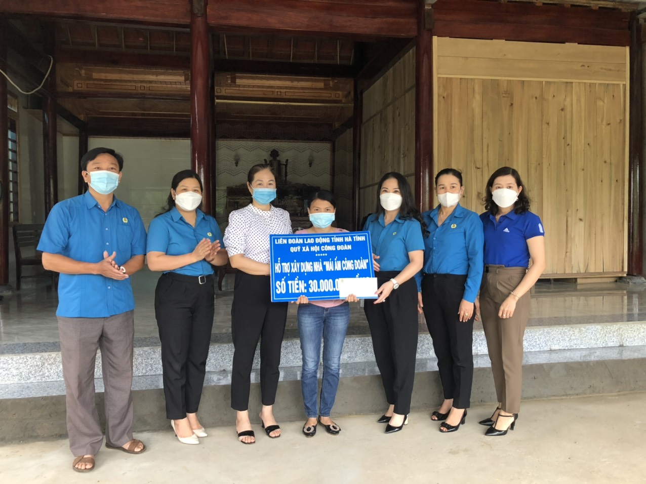 Hương Khê: Trao hỗ trợ cho đoàn viên nữ bị rủi ro, hoạn nạn, có hoàn cảnh khó khăn nhân Ngày Phụ nữ Việt Nam 20/10