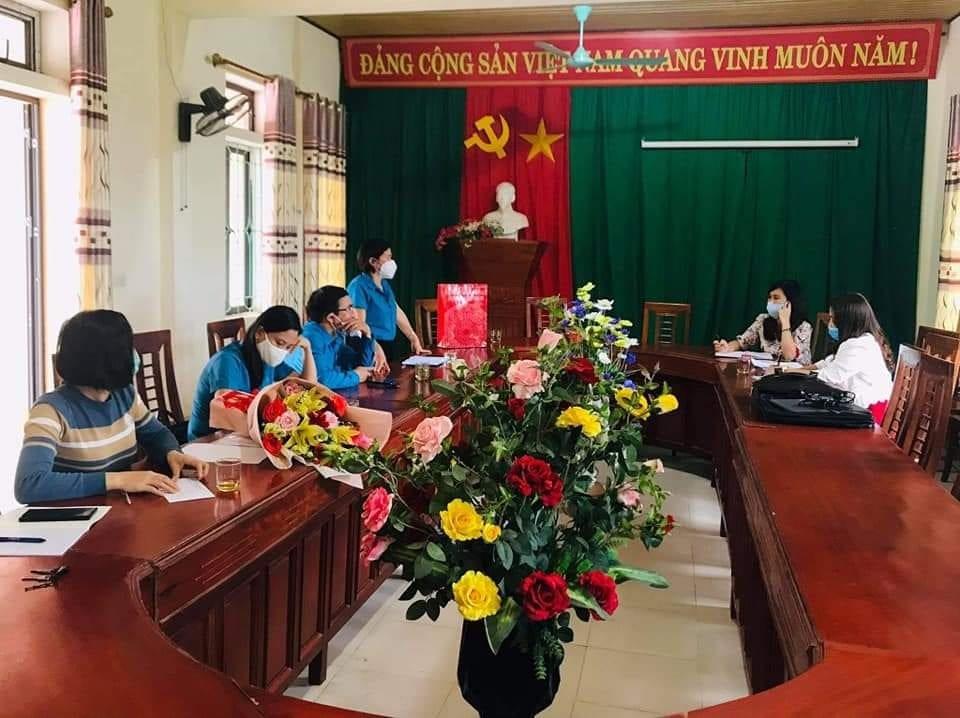 Thường trực LĐLĐ huyện Hương Sơn làm việc với CĐCS Trường TH & THCS Sơn Lễ