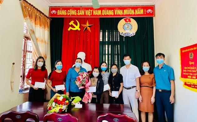 Can Lộc: Tặng quà nữ CNVCLĐ có hoàn cảnh khó khăn, bị bệnh hiểm nghèo nhân Ngày Phụ nữ Việt Nam 20/10