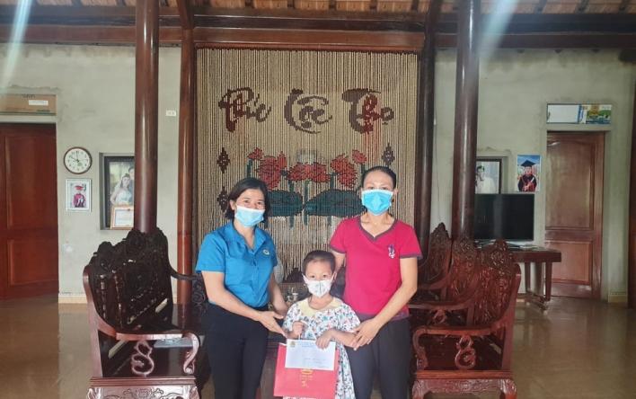 Hương Sơn: Tặng quà Tết Trung thu cho con đoàn viên